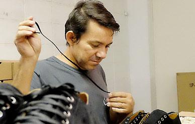 Production végane chez AHIMSA – Fabrication de chaussure végane